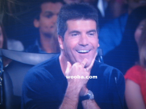 Simon Cowell Flipping Off Sanjaya or Seacrest
